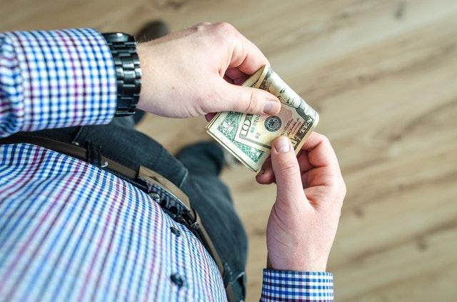 mężczyzna trzyma banknoty