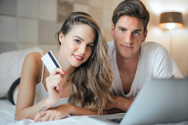Młodzi ludzie z kartą kredytową